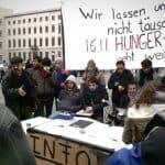 """Asylbewerber 06 - """"Der Hungerstreik geht weiter"""", gaben die Demonstranten am Freitag bekannt (Bild: Thilo Tiede)"""