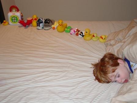 Ein autistischer Junge und von ihm angeordnete Gegenstände (Bild: Nancy J Price (aka Mom))