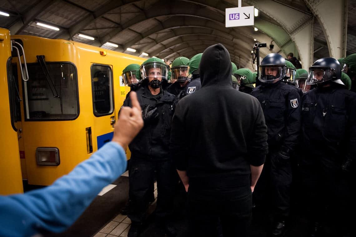 Krawall in der U-Bahnstation Hallesches Tor. Polizei und Demonstranten stehen sich nach offiziellem Ende der Demonstration gegenüber. May Day/Labour Day, 1. Mai Berlin, 2014. Foto: David Vogt.
