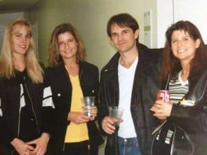Von links: Riecke, Füßlers Schwester Karin, ein Mitglied der Band von Bryan Adams und Riecke (Bild: privat)
