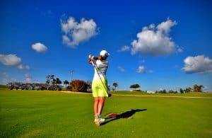 Männer können einen Golfball bis zu 240 Meter weit schlagen. Doch endlos große Flächen für Golfplätze wie hier auf den Cayman Islands sind in Korea nur schwer zu finden. (Bild: Fevi in Pictures, CC BY 2.0)