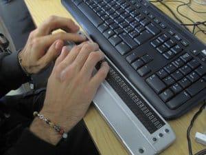Über ein Hilfsgerät können sich Blinde Dokumente in Brailleschrift anzeigen lassen. (Bild: visualpun.ch, CC BY-SA 2.0)